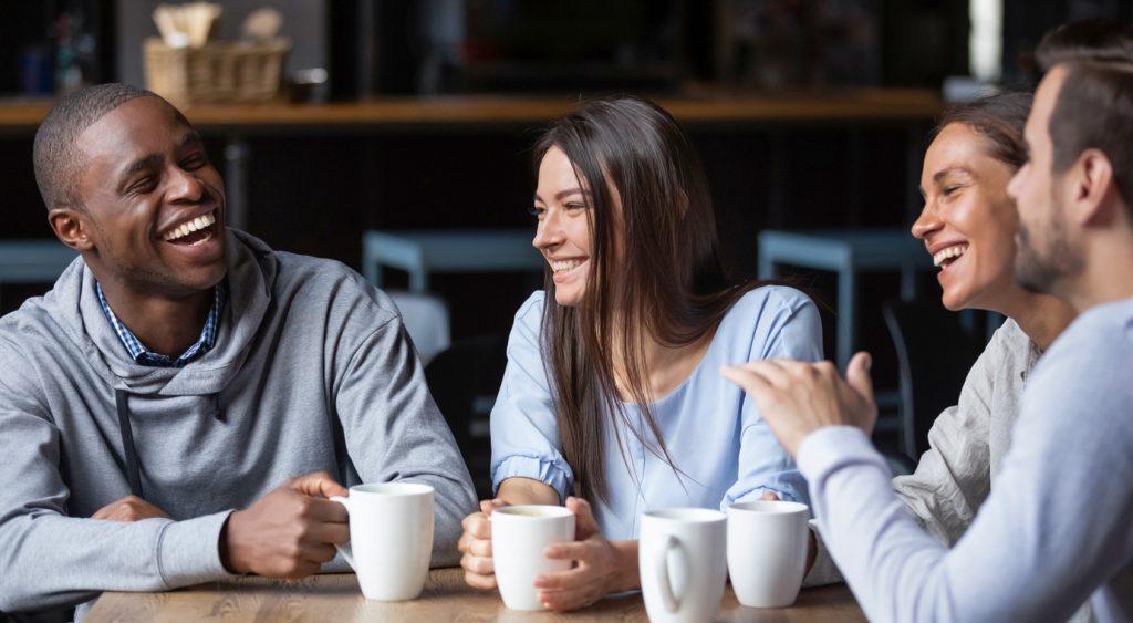 Las relaciones de amistad son una buena forma de mejorar la productividad, la creatividad y el compromiso. Foméntalas en tu equipo de trabajo.
